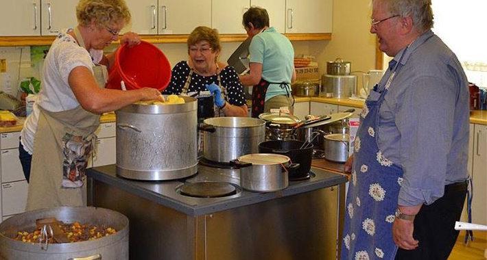 Dugnad på kjøkkenet på samfunnshuset. Foto: Gunn Hege Jordmoen