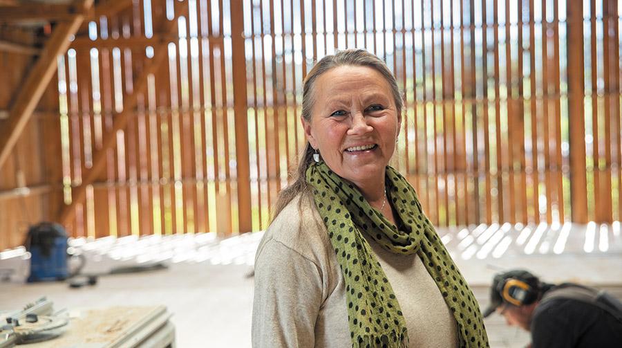 Kristin Skrivervik inviterer til nyåpning av Snekkarlemmen Kulturlåve. Foto: Ingrid Eide
